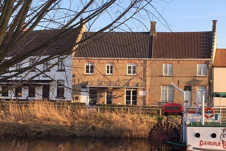 Handel met bovenliggend appartement aan Damse vaart in Damme