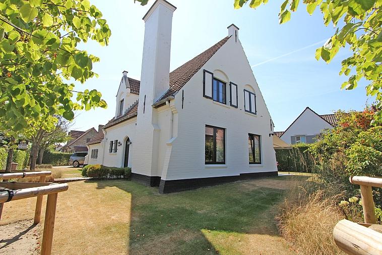 Charmante, karaktervolle villa met zonnige tuin, zeer goed gelegen nabij het Zegemeer te Duinbergen.
