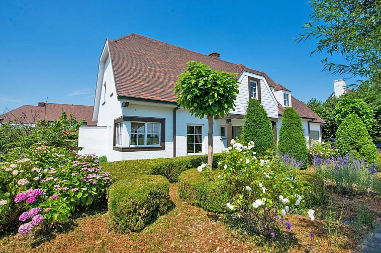 Ruime villa met zonnige tuin.