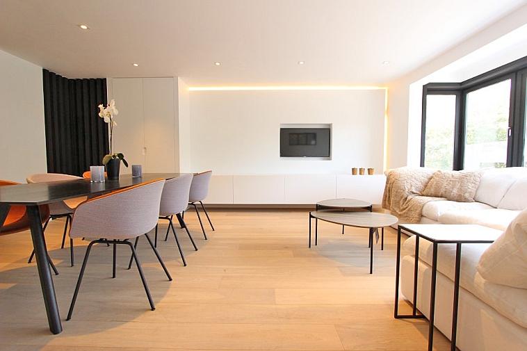 Luxueus gerenoveerd appartement met charmant uitzicht.