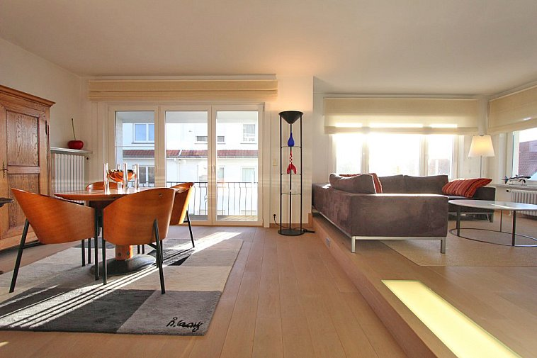 Appartement d'angle spacieux et lumineux avec espace parking.