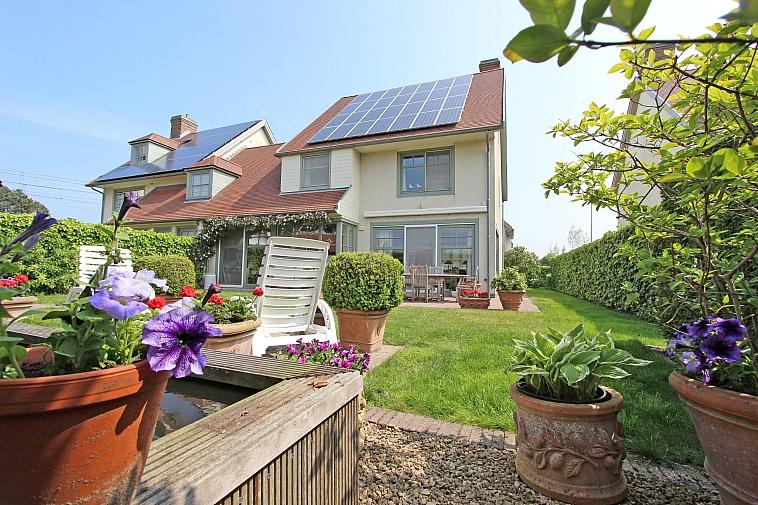 Ruime luxueuze koppelvilla met zonnige tuin.