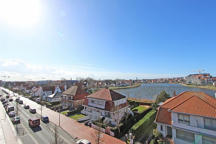 Dakappartement met zonnig terras en zicht op het Zegemeer .
