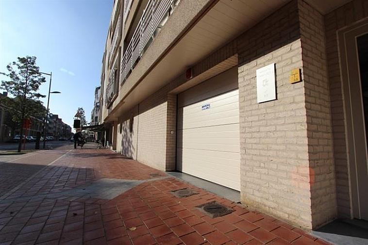 Gemakkelijk bereikbare staanplaats op -1, bereikbaar via autolift.  Gelegen in de Paul Parmentierlaan te Knokke.  Afmetingen: lengte: 5,10m - hoogte: 2,30m - breedte: 2,30m - breedte tussen palen: 2,11m  Garages en staanplaatsen te koop op WWW.IMMAX.BE