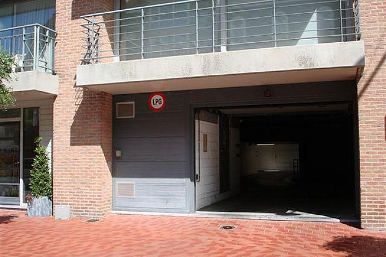 Dubbele staanplaats (naast elkaar gelegen) te koop in de residentie South Lane in de Van Bunnenlaan te Knokke. Momenteel box zonder poort, maar er mag een poort geplaatst worden. Zeer goed gelegen, vlakbij Dumortierlaan, Kustlaan en Zeedijk.  Gemakkelijk te bereiken op niveau -1.  Voorzien van fietshaken. Lengte: 7 m - Breedte 5,15 m - Hoogte 1,85 m Vrijblijvend alle info op kantoor.
