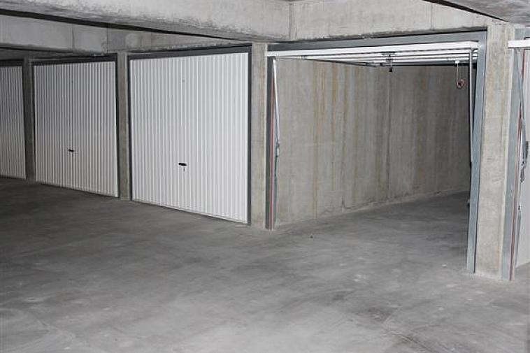 Garagebox te koop in de residentie Malpertuus. Gelegen in de Hermans-Lybaertstraat 8 te Heist-aan-Zee, nabij de Zeedijk.  De garagebox is gelegen op niveau -1 en bereikbaar via een automatische autolift.  Deze box meet 5,10m op 2,50m. Gemakkelijk in te rijden, ligt schuin over de autolift.