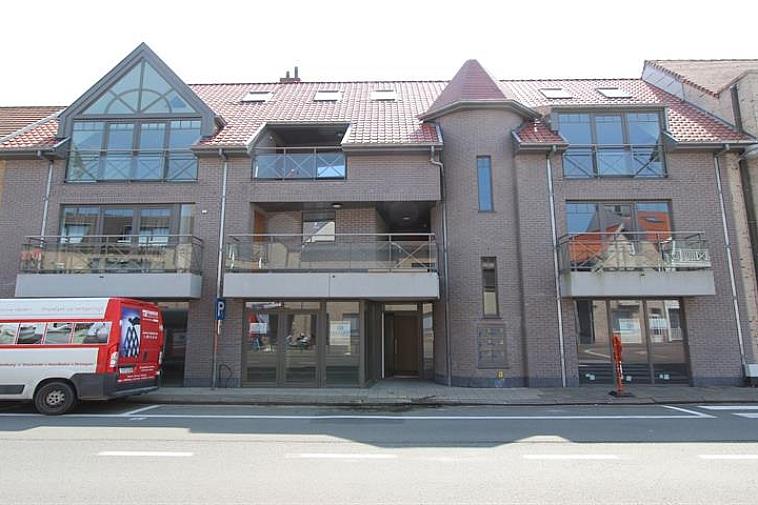 Nieuwbouwproject in moderne architectuur, zeer centraal gelegen aan het Gemeenteplein in hartje oud-Knokke, op een boogscheut van het station.  Dit handelsgelijkvloers is zeer centraal en commercieel gelegen met een gevelbreedte van 18m en een totale oppervlakte van 252m² voor de winkel en 30m² voor de garage. MOGELIJKHEID TOT AANKOOP DUBBELE GARAGE ACHTERAAN HET GEBOUW VOOR € 75.000.