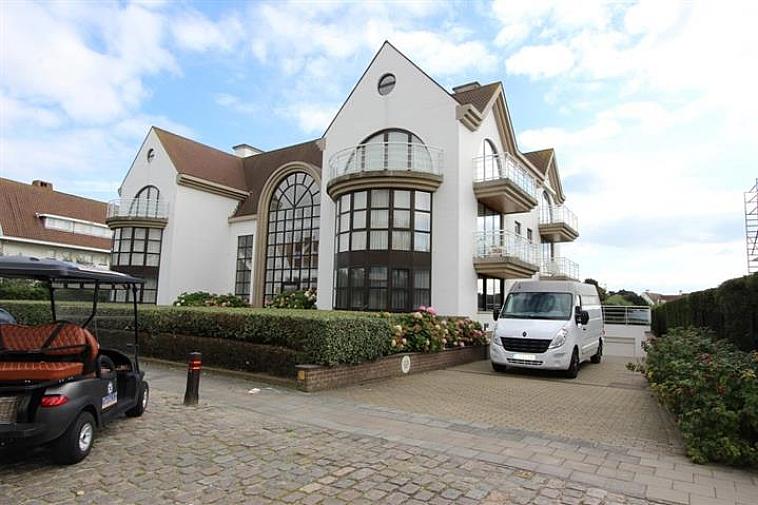 Garagebox op niveau - 2 in een stijlvolle residentie langs de Kustlaan in Knokke-Het Zoute, nabij de minigolf.