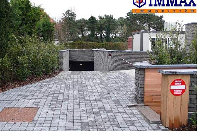Garagebox te koop op niveau -2, n° 45, Elizabetlaan 62, 8300 Knokke.  Afmetingen: 2,90m x 5,20m De box is makkelijk toegankelijk, ook voor grote wagens.   Garages en staanplaatsen te koop op WWW.IMMAX.BE