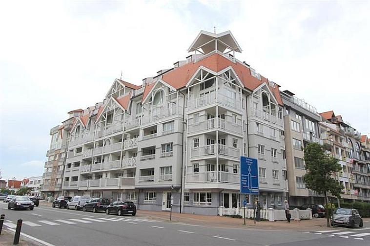 Deze autostaanplaats is centraal gelegen te Knokke, op enkele passen van de Lippenslaan. Niveau -1 in een recente residentie. Afmetingen: 5 m x 2,35 m. Toegang via liftsysteem.