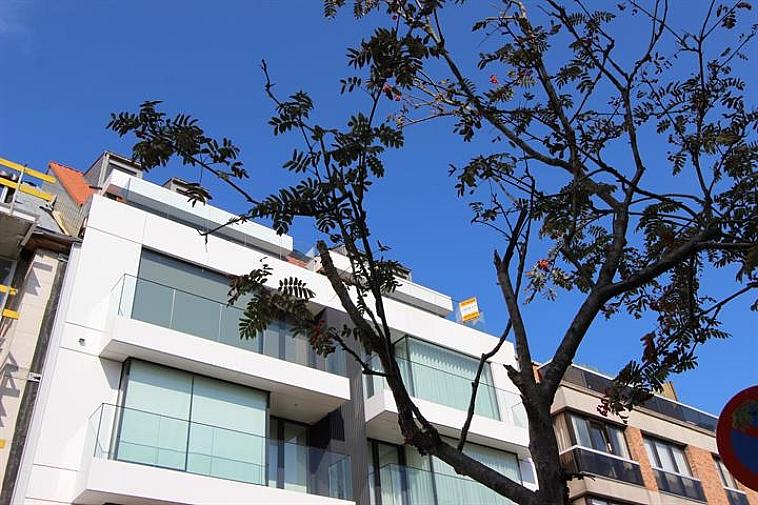 Standingvol, kleinschalig nieuwbouwproject op een uitstekende locatie in de Piers de Raveschootlaan, op wandelafstand van het strand en de winkels te Knokke, in moderne strakke bouwstijl. Alle appartementen hebben een groot zonneterras. Deze residentie bevat 1 kantoorruimte op het gelijkvloers, 6 type-appartementen met 3 slaapkamers en 2 terrassen en 2 duplex-appartementen met 3 slaapkamers en 2 ruime terrassen. Hoogwaardige afwerking ! (Alternatieve plannen mogelijk.) Er is een gemeenschappelijke fietsenberging en 8 privatieve kelderbergingen in de residentie. 100% voltooiingswaarborg. Plannen, lastenboek en meer info op kantoor 050/62.44.14 Meer dan 250 panden op www.immax.be