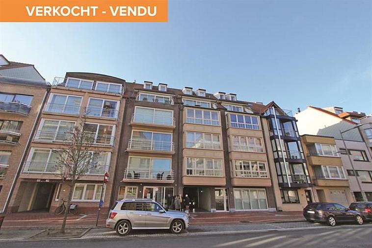 Deze luxueuze duplex-penthouse biedt mooie, open zichten en is centraal, maar rustig gelegen te Knokke, nabij het Zegemeer en de Lippenslaan. Indeling: benedenverdieping: inkomhall met vestiaire en afzonderlijk toilet. Zeer ruime, lichtrijke leefruimte met gashaard, ingemaakte kasten, ingebouwd Bose-systeem,... uitgevend op een mooi terras aan de voorzijde en een ruim zonneterras aan de achterzijde van de residentie. Beide terrassen beschikken over bergingen. Zeer luxueus ingerichte open keuken met 3 ovens, 2 koelkasten,... Alle toestellen van het merk Miele. Ruime berging met aansluiting voor wasmachine en droogkast. Op de bovenverdieping: nachthall met afzonderlijk toilet. Masterbedroom met aanpalende badkamer met ligbad, dubbele lavabo en toilet. 2 Slaapkamers met plaats voor een dubbel bed. Douchekamer met douche en lavabo. Privatieve kelder en fietsenberging in de residentie. Mogelijkheid tot aankoop van een gesloten garagebox en een staanplaats in het gebouw.