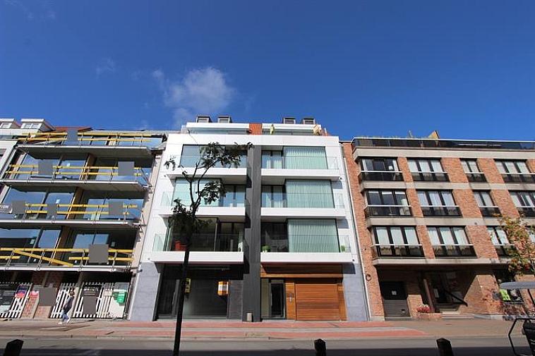Projet de nouvelle construction de standing dans une architecture moderne minimaliste, à une excellente situation à Knokke, à distance de marche de la plage et près des magasins de l'avenue Lippens. Tous les appartements disposent d'une spacieuse terrasse ensoleillée. Cette résidence comporte 1 espace de bureau au rez-de-chaussée, 6 appartements-type avec 3 chambres à coucher et 2 terrasses et 2 appartements-duplex avec 3 chambres à coucher et 2 vastes terrasses. Finitions de haut de gamme ! (Plans alternatifs possibles). Il y a un local à vélos commun et 8 caves privatives dans la résidence. 100% de garantie d'achèvement. Plans, cahier des charges et plus d'informations en nos bureaux 050/62.44.14. Plus de 250 biens sur www.immax.be