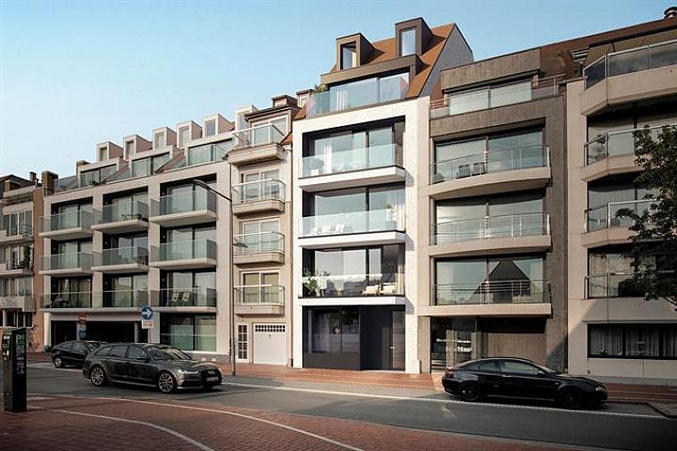 Het project 'Artevelde' geniet een strakke, moderne architectuur. De appartementen liggen aan de zonnekant van de Koningslaan en beschikken over grote ramen waardoor ze erg lumineus zijn. Alle appartementen beschikken over zonneterrassen of een terras/tuin. Centraal gelegen in een brede laan van Knokke, nabij het Zegemeer en de winkels van de Lippenslaan. De appartementen hebben een hoogwaardige afwerking en worden gebouwd met traditionele kwaliteitsmaterialen.  Indeling van dit appartement: inkomhal met vestiaire en apart toilet, ruime leefruimte met salon uitgevend op een zonnetrerras met open zicht, eetplaats, open keuken met berging, 2 ruime slaapkamers, 1 met dressing en volwaardige badkamer en 1 met douchekamer. De 2 slaapkamers geven uit op een terras aan de achterzijde van de residentie.  Fietsenberging en kelderberging voorzien in de residentie. De ligging, het planconcept, de onmiddellijke nabijheid van het geanimeerde centrum van Knokke en de Noordzee maken van dit project een prima belegging aan onze Belgische kust. Plannen en gedetailleerd lastenboek op kantoor. 100 % voltooiïngswaarborg.
