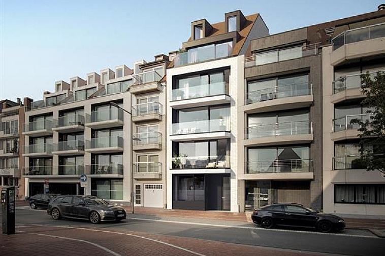 Het project 'Artevelde' geniet een strakke, moderne architectuur. De appartementen liggen aan de zonnekant van de Koningslaan en beschikken over grote ramen waardoor ze erg lumineus zijn. Alle appartementen beschikken over zonneterrassen of een terras/tuin. Centraal gelegen in een brede laan van Knokke, nabij het Zegemeer en de winkels van de Lippenslaan. De appartementen hebben een hoogwaardige afwerking en worden gebouwd met traditionele kwaliteitsmaterialen.  Indeling van deze duplex: inkomhal met vestiaire en apart toilet, ruime leefruimte met salon uitgevend op een ruim zonnetrerras met open zicht, eetplaats en open keuken met berging ook uitgevend op een ruim terras. Erboven:3 ruime slaapkamers waarvan 1 met badkamer en nog een aparte badkamer en apart toilet.  Fietsenberging en kelderberging voorzien in de residentie. De ligging, het planconcept, de onmiddellijke nabijheid van het geanimeerde centrum van Knokke en de Noordzee maken van dit project een prima belegging aan onze Belgische kust. Plannen en gedetailleerd lastenboek op kantoor. 100 % voltooiïngswaarborg.