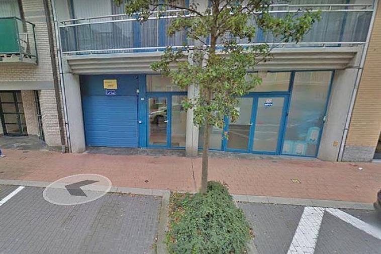 Deze staanplaats is centraal gelegen te Knokke, nabij de Bayauxlaan en de Lippenslaan te Knokke. Maximale hoogte: 1,60 meter. De toegang voor de auto bevindt zich in de Leopoldlaan. Als voetganger is er eveneens een toegang via de Lippenslaan.
