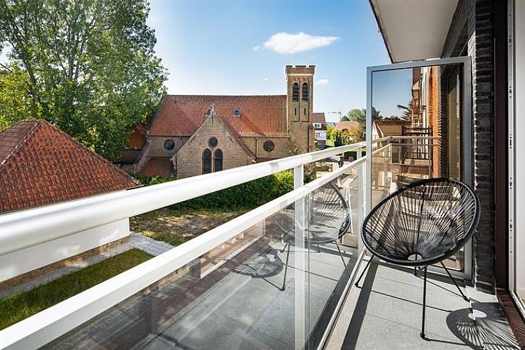 Dit prachtig, volledig gerenoveerd appartement is gelegen aan het Anglicanenkerkje in Knokke-Zoute: Indeling: inkomhal met vestiaire en afzonderlijk toilet. Lichtrijke, luchtige woonkamer uitgevend op een terras met zicht op het Anglicanenkerkje. Volledig ingerichte open keuken. 1 Mooie slaapkamer met plaats voor een dubbel bed. Luxueus ingerichte douchekamer. Berging met aansluiting voor wasmachine en droogkast. Fietsenberging in de residentie. Het appartement werd volledig gerenoveerd: nieuwe verwarmingsketel, nieuwe ramen, elektrische zonnestores, nieuwe leidingen,...