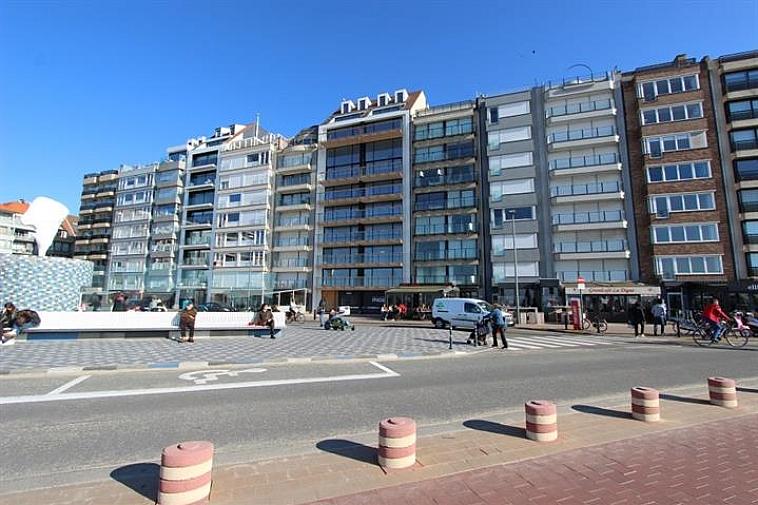 Dit prachtig nieuwbouwproject is gelegen op de Zeedijk, pal aan het Rubensplein, een van de mooiste pleinen van Knokke. Elk appartement heeft frontaal zeezicht en een uitzonderlijke oppervlakte waardoor een bijzonder ruimtegevoel gecreëerd wordt en de appartementen zeer geschikt zijn als woonappartementen. Ieder appartement heeft een gevel van 6.5m breed, een ruime living met eetplaats, een open ingerichte keuken, minimum 3 slaapkamers, een badkamer en douchekamer, en bijzonder grote terrassen aan de zuidkant. Bovendien is er een mogelijkheid tot aankoop van een garage in het gebouw, wat uniek is voor gebouwen op deze ligging. Een uniek panoramisch zeezicht van 13m breed! Dit uitzonderlijk project straalt exclusiviteit en klasse uit, het is tot in de puntjes afgewerkt en er wordt kwaliteitsvol materiaal gebruikt. Plannen en prijzen beschikbaar op kantoor of op www.immax.be