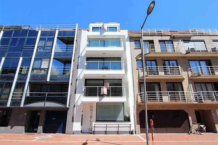 Het project geniet een strakke, moderne architectuur. De appartementen liggen aan de zonnekant van de Parmentierlaan en beschikken over grote ramen waardoor ze erg lumineus zijn. Alle appartementen beschikken over zonneterrassen of een tuintje. Gelegen in het centrum van Knokke, op wandelafstand van het strand en nabij de Lippenslaan. De appartementen hebben een hoogwaardige afwerking en worden gebouwd met traditionele kwaliteitsmaterialen. De residentie bestaat uit: · 1 gelijkvloersappartement (73m²) met 2 slaapkamers en tuintje (47m²) · 3 appartementen (87m²) met 2 slaapkamers en terrassen (12m²) · 1 duplex-appartement (126m²) met 3 slaapkamers en terrassen (11m²) Fietsenberging en kelderberging voorzien in de residentie. Garages te koop vlakbij. De ligging, het planconcept, de onmiddellijke nabijheid van het geanimeerde centrum van Knokke en de Noordzee maken van dit project een prima belegging aan onze Belgische kust. Plannen en gedetailleerd lastenboek op kantoor. 100 % voltooiingswaarborg. Bouwstart: 2016. Beslis nu en kies nog zelf uw afwerkingsmaterialen !