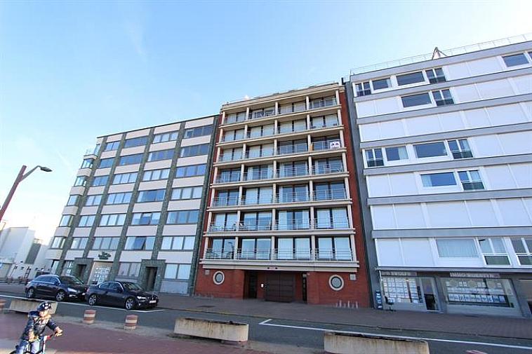 Deze gemakkelijk toegankelijke staanplaats is gelegen op de Zeedijk nabij het Casino te Knokke. Afmetingen: 4m50 (lengte) x 3m (breedte) x min 2m (hoogte). Niveau -1 Toegang via autolift.   Voor voor een bezoek of bijkomende informatie contacteer ons op 050/62 44 14 of info@immax.be.