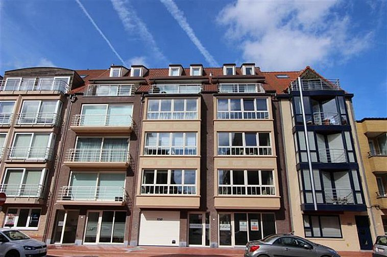 Superbe appartement récent avec 2 chambres à coucher, situé dans l'avenue Paul Parmentier, à quelques mètres de l'avenue Lippens et à distance de marche de la plage et du Zegemeer à Knokke. L'appartement dispose d'une terrasse ensoleillée et d'une belle vue dans la Gulden Vliesstraat. Composition : hall d'entrée avec vestiaire, toilette et débarras. Séjour avec cuisine ouverte équipée. Salle de bains, salle de douche et 2 chambres à coucher. Terrasse ensoleillée à l'arrière. Cave privative et local à vélos dans la résidence.