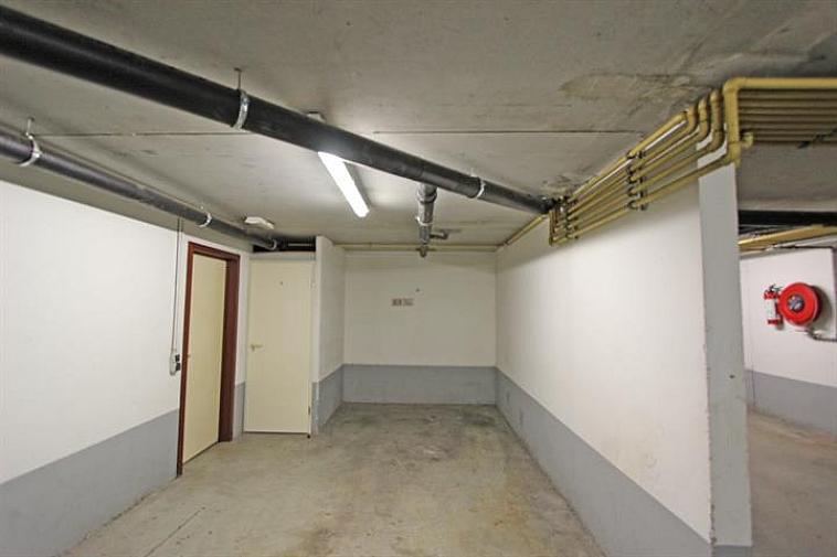 Zeer gemakkelijke toegankelijke staanplaats gelegen op -1 en dit op  een centrale locatie in Knokke. Extra veiligheid door middel van een automatische hoofdpoort.  Hoogte 2,20 m - Breedte 2,35 m - Lengte 4,50 m. Vlot bereikbaar via  lift in hal residentie Fairway.