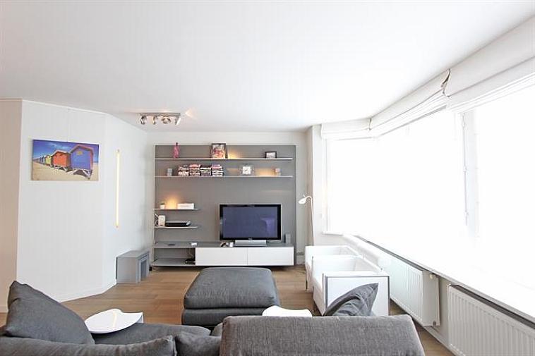 Dit subliem 2 slaapkamerappartement is gelegen op enkele passen van de Lippenslaan te Knokke. Indeling: inkomhal met vestiaire,  open keuken (Miele-toestellen) en leefruimte voorzien met een ruim eet- en zitgedeelte.  Afzonderlijke ruimte voorzien van een aansluiting voor een wasmachine. Apart toilet. 1 slaapkamer met een dubbel bed en 1 slaapkamer uitgerust met een enkel bed. Achteraan een zonnig terras. Badkamer met ligbad, regendouche en dubbele lavabo.  Een kelder en fietsenberging. Mogelijkheid tot gemeubelde aankoop.