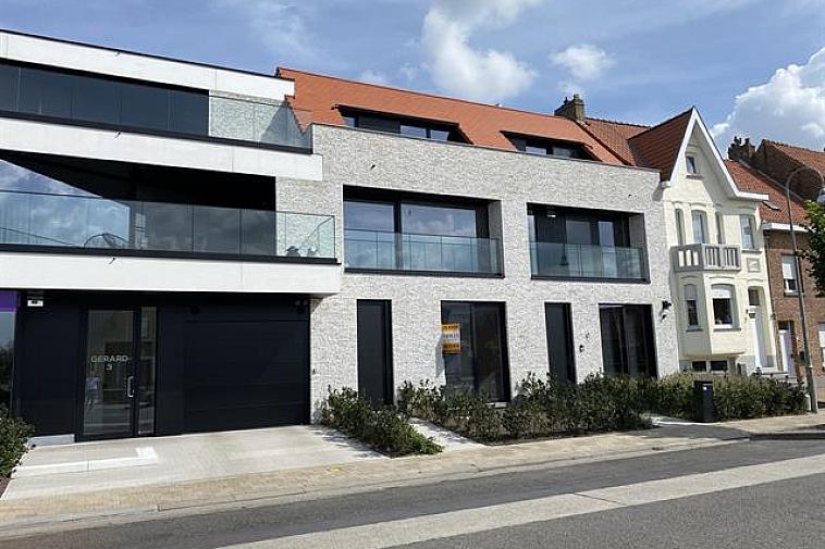 Dit unieke project geniet een opvallende, moderne architectuur en is gelegen op de hoek Natiënlaan – Dorpsstraat. Dit op slechts 2,6 km van het centrum van Knokke en op wandelafstand van het centrum van Westkapelle. De woning is erg lumineus, beschikt over een brede gevel en een mooie tuin.  Indeling van de woning: gelijkvloers: inkomhall met vestiaire en afzonderlijk toilet. Open bureau. Berging met aansluiting voor wasmachine en droogkast. 2 Mooie slaapkamers met plaats voor dubbel bed, uitgevend op een ruim terras met aansluitende tuin. Op de 1ste verdieping: Zeer ruime leefruimte met volledig ingerichte open keuken, uitgevend op terrassen aan de voorzijde en aan de achterzijde. Berging. Afzonderlijk toilet. Op de 2de verdieping: Ruime masterbedroom uitgevend op een zeer groot terras. Ruime dressing en grote badkamer met ligbad, beiden uitgevend op een aangenaam terras. Dubbele garage en ruime kelder.