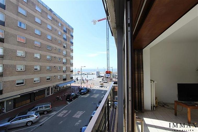 Dit appartement is gelegen op 35 meter van het Rubensplein en de zeedijk van Knokke Albertstrand en biedt een prachtig, zijdelings zeezicht (2de verdieping). Het appartement omvat : een ruime en zonnige living met aparte keuken, 2 grote en 1 kleinere slaapkamer. Een badkamer en een douchekamer. Terras achteraan. Mogelijkheid om een garage te kopen in de directe nabijheid.