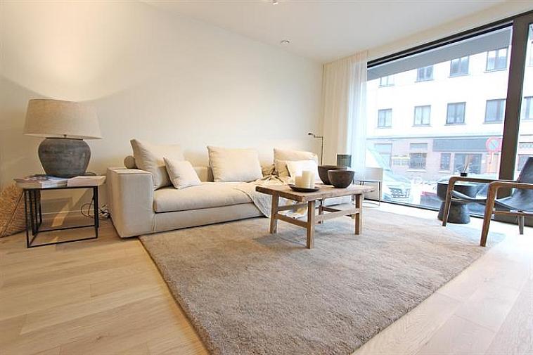 Prachtige nieuwbouwresidentie gelegen op het Gemeenteplein te Knokke, bestaande uit 22 luxueuze appartementen: volledig ingerichte keuken, hedendaagse architectuur, grote ramen, afwerking met de meest kwalitatieve en duurzame materialen. Verfijnde en doordachte architectuur! Appartement gelegen op het gelijkvloers.  Indeling: inkom, volledig ingerichte open keuken, ruime woonkamer met zicht op het Gemeenteplein te Knokke, berging, 2 slaapkamers, 2 badkamers, zuidgericht terras achteraan.  Fietsenberging in het gebouw. Mogelijkheid tot aankoop van een parkeerplaats, garage en berging in de residentie. Contacteer ons voor meer informatie.