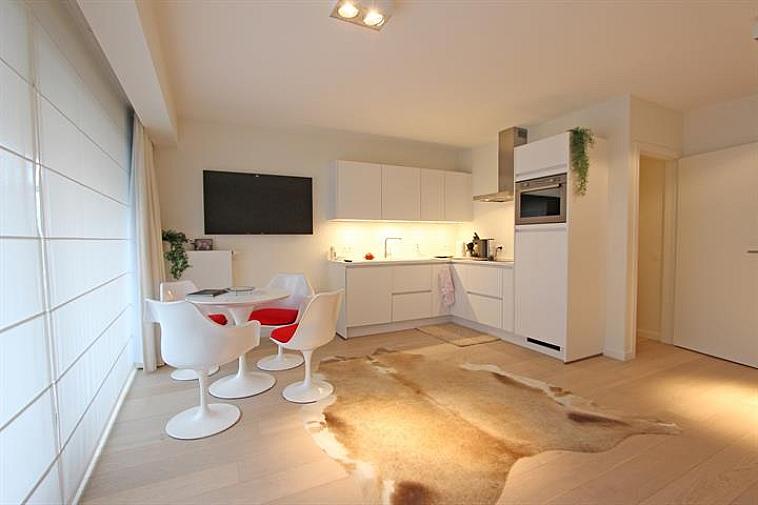 Deze prachtig gerenoveerde studio met slaaphoek is gelegen op enkele passen van het strand en het Rubensplein te Knokke. Indeling: inkomhal met talrijke ingemaakte kasten. Lichtrijke, luchtige leefruimte, uitgevend op een zongericht terras. Volledig ingerichte open keuken. Nachthal met toegang tot een slaaphoek. Badkamer met ligbad, lavabo en toilet. Privatieve kelder en fietsenberging in de residentie. De studio wordt volledig gemeubeld en ingericht verkocht.