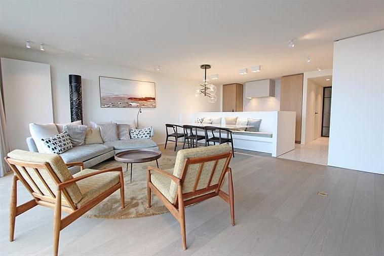 Dit uitzonderlijk ruim gemeubeld appartement heeft een prachtig zicht op de zee en het Rubensplein, een van de attractiefste pleinen van Knokke. Het heeft een oppervlakte van 117m² plus 22m² terrassen waarvan een heel groot terras achteraan. Verder heeft het appartement 3 slaapkamers, een badkamer, een douchekamer, een open ingerichte keuken en een aangename living met gashaard en een gevelbreedte van 6.5m. De sfeervolle omgeving en het prachtig zicht zorgen voor extra aantrekkingskracht. Alles is smaakvol afgewerkt met duurzame en kwaliteitsvolle materialen.  Luxe en ruimte op een topligging !