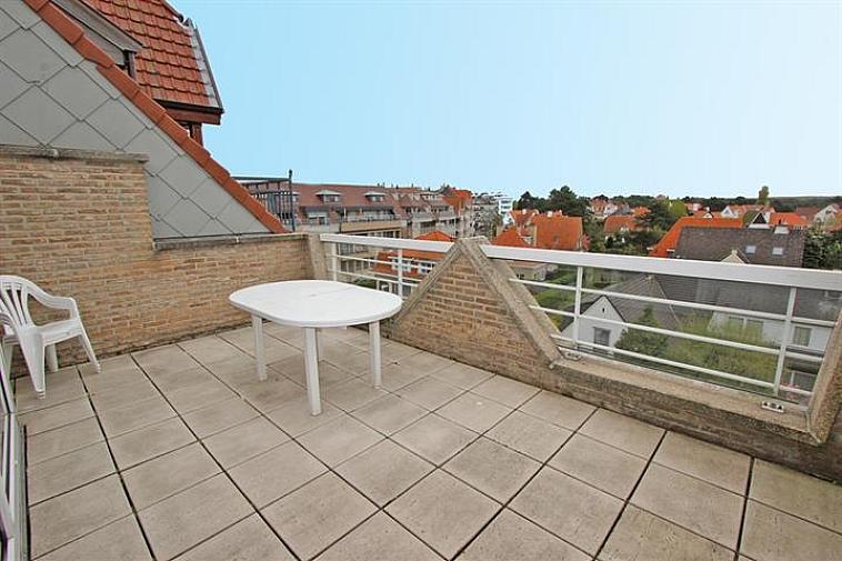 Ruim duplex-appartement met een adembenemend zicht op de villa's van Het Zoute in de directe omgeving van het commercieel centrum van Knokke. Indeling: op de benedenverdieping: de 3 slaapkamers, een ruime badkamer en een douchekamer. Op de bovenverdieping bevindt zich de woonkamer met de keuken, 2 zeer ruime, zongerichte terrassen aan de voor- en achterzijde van de residentie. Mogelijkheid tot aankoop van een staanplaats in het gebouw.