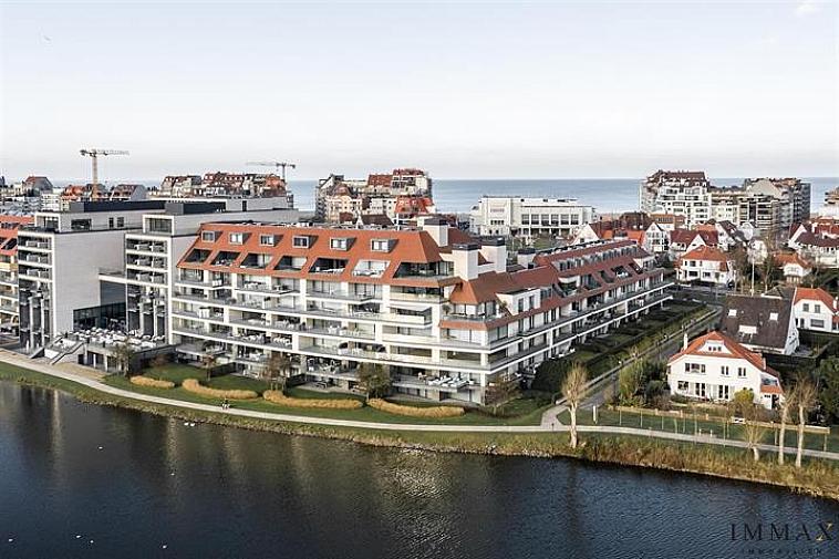 Deze luxueuze hoekduplex-penthouse biedt adembenemende zichten op het Zegemeer, de zee en het Casino te Knokke. Deze parel heeft een woonoppervlakte van 275 m² en beschikt over zonovergoten terrassen van 102 m² met een indrukwekkend zicht op het Zegemeer en over de zee en het Casino. Indeling: op de benedenverdieping: prachtige leefruimte met een hyper-ingerichte open keuken en eetplaats. Aangenaam bureau met patio en salon, parket en met mogelijkheid tot het installeren van een open haard,... Op de bovenverdieping: 4 slaapkamers in totaal waarvan 3 met eigen badkamer. Meer specifiek: een prachtige master bedroom met patio, dressing, design badkamer met ligbad, inloopdouche, dubbele lavabo en toilet. Van de resterende 3 slaapkamers zijn er 2 voorzien van een eigen badkamer. Wijnbar en fietsenberging. Verkoopprijs, inbegrepen dubbele garage en beschrijf/BTW is € 3.380.000 met de mogelijkheid om een staanplaats nog bij te kopen aan €50 000.  Zeer uitzonderlijk en exclusief appartement waar u onvergetelijke momenten zal doorbrengen!