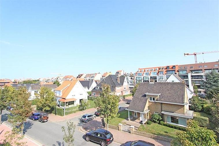 Prachtige assistentieflat gelegen in Residentie Cypres Gardens nabij het Zegemeer te Knokke uitgebaat door 'Time for Quality'.  Indeling: inkom met vestiaire, ruime lichtrijke living met toegang tot het terras (13m²) en tuin, open keuken, ruime slaapkamer met badkamer voorzien van douche. Ideale investering of appartement voor wie rust, luxe en zorg wenst te Knokke. Voorzieningen zoals wellness, kapsalon en restaurant. Meer info op kantoor betreffende bewoning en zorgcentrum.