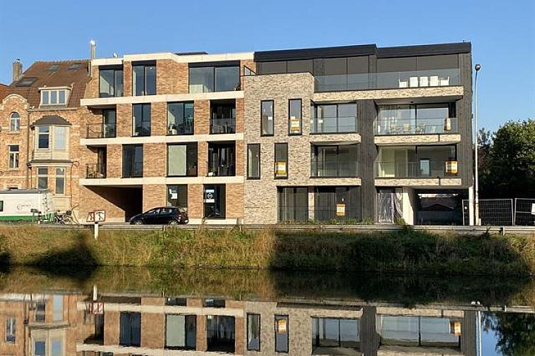 Raphaël', nieuw en modern project van 6 appartementen met brede gevel en grote zonneterrassen en met zicht op het water. De appartementen zijn Zuid georiënteerd, gelegen aan de Damse vaart nabij de polders en het centrum van Brugge. Door de kleinschaligheid van dit project blijft uw privacy gewaarborgd. Elk appartement beschikt over een brede living, brede zonneterrassen met privacy en 2 of 3 slaapkamers. De appartementen hebben een hoogwaardige afwerking en worden gebouwd met traditionele kwaliteitsmaterialen. De indeling kan in overleg aangepast worden. De residentie bestaat uit: · 1 gelijkvloersappartement met 3 slaapkamers met terrassen voor en achter · 4 appartementen met 2 slaapkamers met terrassen voor en achter · 1 duplexappartement met 3 slaapkamers en terrassen voor en achter Fietsenberging voorzien in de residentie. U kunt op 2 stappen zowel van het centrum van Brugge als van de polders genieten of een leuke uitstap naar Sluis met de fiets! Mogelijkheid tot aankoop van staanplaats of garage in de residentie! Plannen en gedetailleerd lastenboek op kantoor.   Voor verdere informatie of vrijblijvend bezoek contacteer Vincent op 050 62 44 14 of mail naar Brugge@immax.be. Virtuele bezoeken zijn bij Immax Brugge mogelijk via Zoom of Google Meet!
