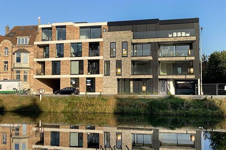Raphaël', nieuw en modern project van 6 appartementen met brede gevel en grote zonneterrassen en met zicht op het water. De appartementen zijn Zuid georiënteerd, gelegen aan de Damse vaart nabij de polders en het centrum van Brugge. Door de kleinschaligheid van dit project blijft uw privacy gewaarborgd. Elk appartement beschikt over een brede living, brede zonneterrassen met privacy en 2 of 3 slaapkamers. De appartementen hebben een hoogwaardige afwerking en worden gebouwd met traditionele kwaliteitsmaterialen. Dit appartement omvat ruime woonkamer met open keuken, berging, terras voor en achter met tuin, twee slaapkamers, badkamer.  Het appartement werd voorzien met zonnepanelen waardoor energie verbruik laag is en vrijstelling van de eerste 5 jaar onroerende VH. Bijkomend is er ook een fietsenberging voorzien in de residentie. U kunt op 2 stappen zowel van het centrum van Brugge als van de polders genieten of een leuke uitstap naar Sluis met de fiets! Mogelijkheid tot aankoop van staanplaats of garage in de residentie! Plannen en gedetailleerd lastenboek op kantoor. 100 % voltooiïngswaarborg. Bouwstart: 05/2019 Voorziene oplevering: eind 2020  Voor verdere informatie of vrijblijvend bezoek contacteer Vincent op 050 62 44 14 of mail naar Brugge@immax.be. Virtuele bezoeken zijn bij Immax Brugge mogelijk via Zoom of Google Meet!