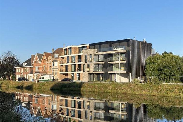 Raphaël', nieuw en modern project van 6 appartementen met brede gevel en grote zonneterrassen en met zicht op het water. De appartementen zijn Zuid georiënteerd, gelegen aan de Damse vaart nabij de polders en het centrum van Brugge. Door de kleinschaligheid van dit project blijft uw privacy gewaarborgd. Elk appartement beschikt over een brede living, brede zonneterrassen met privacy en 2 of 3 slaapkamers. De appartementen hebben een hoogwaardige afwerking en worden gebouwd met traditionele kwaliteitsmaterialen. De indeling kan in overleg aangepast worden.   De residentie bestaat uit: · 1 gelijkvloersappartement met 3 slaapkamers met terrassen voor en achter · 4 appartementen met 2 slaapkamers met terrassen voor en achter · 1 duplexappartement met 3 slaapkamers en terrassen voor en achter Fietsenberging voorzien in de residentie. U kunt op 2 stappen zowel van het centrum van Brugge als van de polders genieten of een leuke uitstap naar Sluis met de fiets! Mogelijkheid tot aankoop van staanplaats of garage in de residentie! Plannen en gedetailleerd lastenboek op kantoor.   Vanaf 2021 is een verlaagd btw-stelsel van 6% van kracht voor nieuwbouwappartementen gebouwd op een terrein waar de oude bewoning werd afgebroken. Wie nu nog een nieuwbouwappartement koopt met bouwvergunning 2020 kan nog van deze regel genieten tot eind december 2022. Dit onder voorwaarde dat u zelf de woning betrekt, en er minstens 5 jaar blijft wonen.  Voor verdere informatie of vrijblijvend bezoek contacteer Vincent op 050 62 44 14 of mail naar Brugge@immax.be.