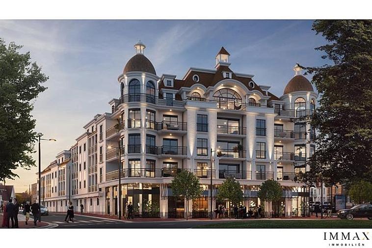 Met trots stellen wij u project 'Crown Knokke' voor. De appartementen worden voltooid in een hoogstaande architectuur en beantwoorden aan de laatste nieuwe bouwmethoden. Deze beantwoorden aan de verwachtingen van de hoge levenskwaliteit, die de gemeente zich heeft toegeëigend. Welke andere plaats kan er beter de toegang tot Knokke symboliseren? Zin in luxe en klassevolle elegantie? Een prachtig modern appartement dicht bij het strand, in het centrum van Knokke waar het goed is om te verblijven – Crown Knokke. Een warm nest met een ongelofelijk panoramisch zicht op de Natiënlaan tot in Brugge, een droom! Het 'Grand Café' op de gelijkvloers geeft een gevoel van « m'as-tu vu ». De appartementen beschikken over elk 2 - 3 of 4 slaapkamers, 1, 2 of 3 badkamers, een grote living, open keuken en berging, terrassen vooraan en achteraan; het gelijkvloers appartement heeft een mooi privatief tuintje. In totaal beschikt de residentie over: - 43 appartementen met 2 - 3 of 4 slaapkamers - bijhorende terrassen of tuin - mogelijkheid tot aankoop van een garage - fietsenberging in de residentie Maak uw afspraak op kantoor om deze opportuniteit niet te missen!