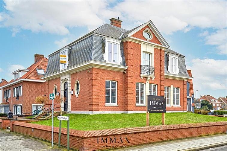 Deze exclusieve villa is centraal gelegen in Sint-Andries (vlakbij de Torhoutse Steenweg) en is uitermate geschikt voor privé of gemengd gebruik (woning/kantoor) met voldoende parkeermogelijkheden vlakbij op een boogscheut van Brugge Centrum. Deze authentieke villa is perfect onderhouden en voorzien van een splinternieuwe keuken en badkamer. Het gelijkvloers heeft een ruime inkomhal - bureau - gastentoilet - ruime leefruimte  en aparte keuken - zongericht terras (35m2). Via de imposante traphal (in Carrara marmer) gaan we naar het 1ste verdiep waar er 4 slaapkamers en een badkamer (met inloopdouche & toilet) aanwezig zijn. Het dak in de ruime zolder is geïsoleerd met 18cm minerale wol. De woning is volledig onderkelderd (met bruikbare ruimtes) en rechtstreeks verbonden met de 2 garages. Het totale perceel is 579m2.  Kortom een ideale uitvalsbasis voor wie op zoek is naar een ruim authentiek pand op een commerciële topligging vlakbij scholen, winkels en station.  Noot: volledig nieuwe centrale verwarming geplaatst op aardgas.  Troeven: - Authentieke architectuur en inrichting - Commerciële topligging voor kantoor in combinatie met woning (ideaal voor vrij beroep) - Recente renovaties: nieuwe keuken - badkamer  - Energiezuinig: volledig nieuwe centrale verwarming op aardgas  (EPC: 191 kWh/m² jaar)  Voor verdere informatie of vrijblijvend bezoek contacteer Wout op 0475 96 59 38 of mail naar wout@immax.be.
