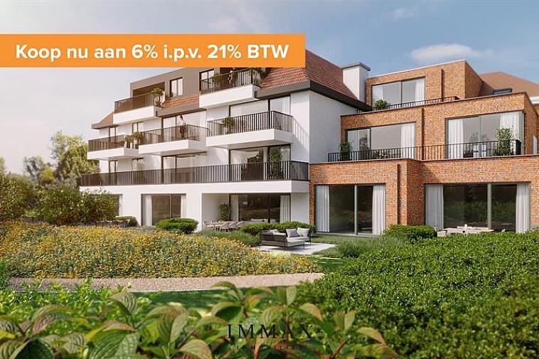 Residentie Sepp, een nieuw en modern project gelegen langs de Dudzeelse Steenweg. De residentie omvat 16 appartementen en 1 woning, en bieden één voor één zicht op de rustgevende, gemeenschappelijke tuin. Dit complex wordt opgebouwd met oog voor duurzaam wonen met een E-peil van max. 35. Mits aankoop van zonnepanelen kan dit E-peil verder zakken naar E30 of E20. Bijkomend voordeel bij de zonnepanelen is de vrijstelling op onroerende voorheffing voor een termijn van 5 jaar.  Ieder appartement beschikt over een ruim privaat terras en een private kelder.  Vanaf 2021 is een verlaagd btw-stelsel van 6% van kracht voor nieuwbouwappartementen gebouwd op een terrein waar de oude bewoning werd afgebroken. Wie nu nog een nieuwbouwappartement koopt met bouwvergunning 2020 kan nog van deze regel genieten tot eind december 2022. Dit onder voorwaarde dat u zelf de woning betrekt, en er minstens 5 jaar blijft wonen.  In de kelderverdieping vinden we een ruime garage dat plaats biedt voor 22 auto's alsook een gemeenschappelijke fietsenberging. Bij iedere aankoop van een appartement of woning is er een verplichte aankoop van een garage gekoppeld.  De nabijheid van winkels, horeca en uitvalswegen in combinatie met energiezuinig wonen maken van dit project de ideale investering! Voor verdere informatie of plannen en gedetailleerd lastenboek contacteer Vincent op 050 62 44 14 - 0470 01 36 13 of mail naar Brugge@immax.be.
