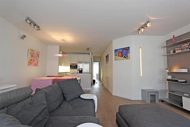 Cet appartement sublime avec deux chambres est situé à quelques pas de l'avenue Lippens à Knokke. Composition : hall d'entrée avec vestiaire, cuisine ouverte équipée (appareils de cuisine: Miele), séjour spacieux et agréable. Débarras avec raccordement pour machine à laver. Toilette séparée. 2 chambres à coucher dont 1 avec un lit double. A l'arrière, se trouve une terrasse ensoleillée. Salle de bains avec une baignoire, une douche à effet pluie et un lavabo double. Cave et local à vélos. Possibilité d'achat meublé.