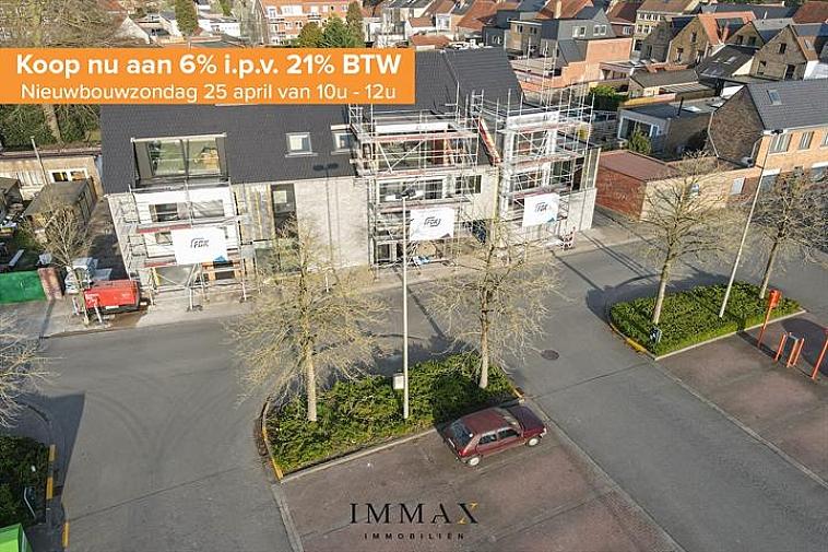 Residentie Chavalie, een kleinschalig nieuwbouwproject op een uitstekende ligging in het centrum van Sint-Andries! De residentie bestaat uit 8 kwalitatief afgewerkte woonappartementen, waaronder 3 luxueuze duplexappartementen. Ieder appartement beschikt over één of twee zuidgerichte terras(sen), het gelijkvloers appartement geniet van een ruime tuin. Bijkomend kan een garage worden aangekocht in de residentie.   Het appartement geniet volgende indeling: inkom met gastentoilet - badkamer - berging - open keuken met eetplaats - leefruimte uitgevend op terras - twee slaapkamers uitgevend op tweede terras.  Vanaf 2021 is een verlaagd btw-stelsel van 6% van kracht voor nieuwbouwappartementen gebouwd op een terrein waar de oude bewoning werd afgebroken. Wie nu nog een nieuwbouwappartement koopt met bouwvergunning 2020 kan nog van deze regel genieten tot eind december 2022. Dit onder voorwaarde dat u zelf de woning betrekt, en er minstens 5 jaar blijft wonen.  De onmiddellijke nabijheid van winkels, horeca en uitvalswegen (E40, E403, A11) in combinatie met energiezuinig wonen maken van dit project de ideale investering!  Oplevering bij akte.   Voor verdere informatie of plannen en gedetailleerd lastenboek contacteer wout op 050 62 44 14 - 0475 96 59 38  of mail naar wout@immax.be.