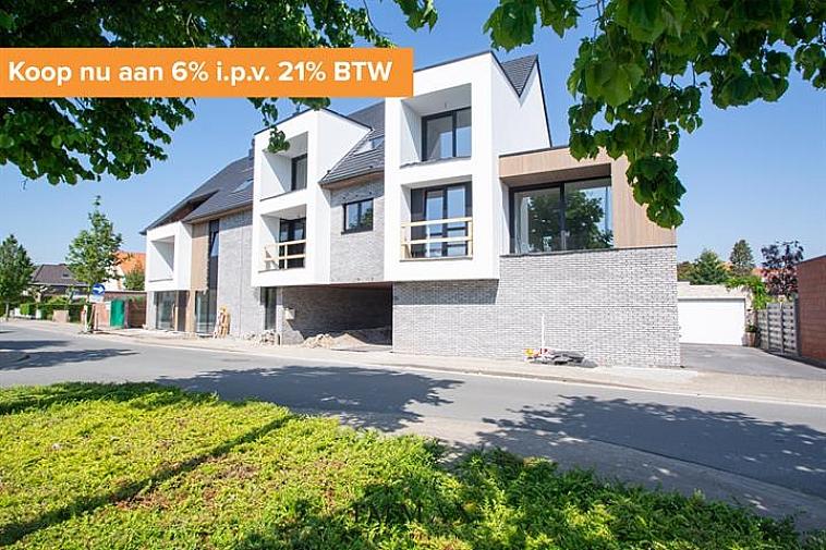 Residentie Chavalie, een kleinschalig nieuwbouwproject op een uitstekende ligging in het centrum van Sint-Andries! De residentie bestaat uit 8 kwalitatief afgewerkte woonappartementen, waaronder 3 luxueuze duplexappartementen. Ieder appartement beschikt over één of twee zuidgerichte terras(sen), het gelijkvloers appartement geniet van een ruime tuin. Bijkomend kan een garage worden aangekocht in de residentie.   Vanaf 2021 is een verlaagd btw-stelsel van 6% van kracht voor nieuwbouwappartementen gebouwd op een terrein waar de oude bewoning werd afgebroken. Wie nu nog een nieuwbouwappartement koopt met bouwvergunning 2020 kan nog van deze regel genieten tot eind december 2022. Dit onder voorwaarde dat u zelf de woning betrekt, en er minstens 5 jaar blijft wonen.  De onmiddellijke nabijheid van winkels, horeca en uitvalswegen (E40, E403, A11) in combinatie met energiezuinig wonen maken van dit project de ideale investering!  Oplevering bij akte.   Voor verdere informatie of plannen en gedetailleerd lastenboek contacteer Wout op 050 62 44 14 - 0475 96 59 38  of mail naar wout@immax.be.