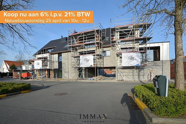 Residentie Chavalie, een kleinschalig nieuwbouwproject op een uitstekende ligging in het centrum van Sint-Andries! De residentie bestaat uit 8 kwalitatief afgewerkte woonappartementen, waaronder 3 luxueuze duplexappartementen. Ieder appartement beschikt over één of twee zuidgerichte terras(sen), het gelijkvloers appartement geniet van een ruime tuin. Bijkomend kan een garage worden aangekocht in de residentie.   De duplex geniet volgende indeling: inkom met gastentoilet - badkamer - leefruimte met eetplaats - keuken met aansluitende berging - terras. Op het verdiep: nachthal met toilet - twee slaapkamers.  Vanaf 2021 is een verlaagd btw-stelsel van 6% van kracht voor nieuwbouwappartementen gebouwd op een terrein waar de oude bewoning werd afgebroken. Wie nu nog een nieuwbouwappartement koopt met bouwvergunning 2020 kan nog van deze regel genieten tot eind december 2022. Dit onder voorwaarde dat u zelf de woning betrekt, en er minstens 5 jaar blijft wonen.  De onmiddellijke nabijheid van winkels, horeca en uitvalswegen (E40, E403, A11) in combinatie met energiezuinig wonen maken van dit project de ideale investering!  Oplevering bij akte.   Voor verdere informatie of plannen en gedetailleerd lastenboek contacteer wout op 050 62 44 14 - 0475 96 59 38  of mail naar wout@immax.be.