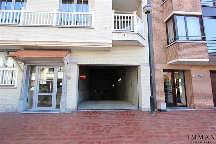 Gemakkelijk toegankelijke tandemgaragebox te Knokke Gelegen op niveau -4, toegankelijk handmatige poort.  Afmetingen: 2,50 m x 11,15 m. Breedte garage zelf: 2,75 m. 3 stopcontacten aanwezig + lichtpunt
