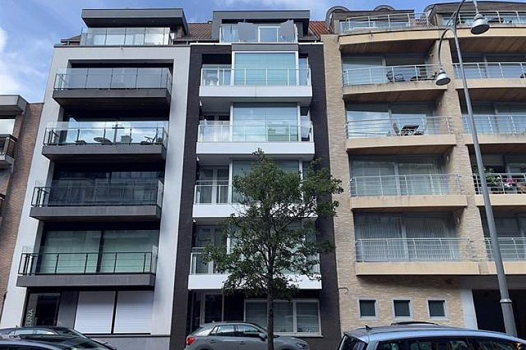 Magnifieke duplex met zonneterrassen te Knokke-Centrum  Indeling: Inkomhal met vestiaire en gastentoilet. Moderne, volledig uitgeruste open keuken (kookeiland). Eethoek. Ruime woonkamer uitgevend op terras voor-en achteraan het appartement. Berging. Op de bovenverdieping: 2 slaapkamers, een bad- en douchekamer en aparte dressing.  Mogelijkheid tot aankoop van een ruime dubbele garagebox te koop recht tegenover deze residentie.   Aarzel niet om ons te contacteren via info@immax.be of via tel.: 050 62 44 14.