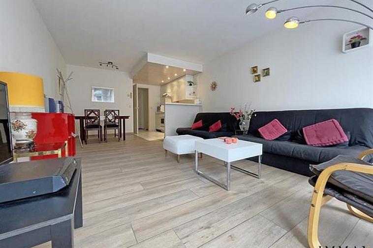 Lichtrijke studio dichtbij het strand en het Rubensplein te Knokke-Centrum  Indeling: inkomhall met vestiaire, ruime leefruimte met keuken en terras, volledig uitgeruste badkamer.  Berging op kelderniveau. Fietsenlokaal op het gelijkvloers.   Mogelijkheid tot aankoop van een staanplaats in de residentie recht tegenover deze studio.  Aarzel niet om ons te contacteren voor bijkomende informatie: tel. : 050 62 44 14 of via info@immax.be
