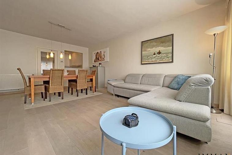 Verzorgd appartement met 2 slaapkamers gelegen op 50 meter van de zee te Knokke-Centrum Indeling: inkom met gastentoilet en vestiaire, ruime lichtrijke woonruimte en aanpalend keuken, verder is er een grote slaapkamer en een kleinere slaapkamer, douchekamer Berging en fietsenberging in het gebouw.   Mogelijkheid tot aankoop van een staanplaats in de nabije omgeving.   Aarzel niet om ons te contacteren: tel. : 050 62 44 14 of via info@immax.be