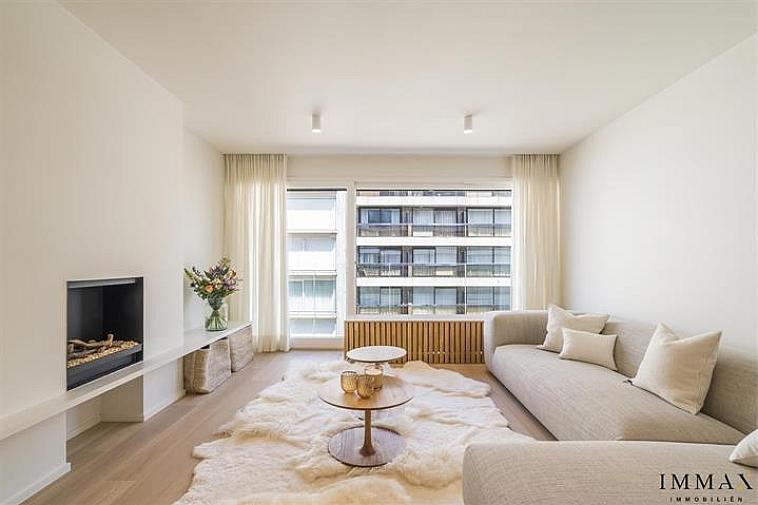 Luxueus appartement met zijdelings zeezicht te Knokke.  Dit 2-slaapkamer appartement heeft een volledige renovatie ondergaan en werd omgetoverd tot een hoogwaardig afgewerkt appartement met een moderne maar warme uitstraling. Achter de recent gerenoveerde voorgevel bevindt zich op de vierde verdieping een lichtrijk appartement met zijdelings zeezicht en een zuidgericht terras achteraan. Het appartement bestaat uit een open leefruimte met een volledig ingerichte keuken, apart toilet, 2 slaapkamers, 1 met aansluitend een badkamer en 1 met aansluitend een douchekamer. Bergruimte voorzien voor wasmachine. Leefruimte en slaapkamers op parket. Airco aanwezig in het volledige appartement. Er is een fietsenberging en private kelder aanwezig alsook de mogelijkheid tot aankoop van een goed bereikbare autostaanplaats in het gebouw. Een uniek pand die zich perfect leent als tweedeverblijf en slechts op enkele passen van de zee en het Rubensplein. Mogelijkheid tot aankoop meubels.   Aarzel niet om ons te contacteren voor meer info: tel. : 050 62 44 14 of via info@immax.be